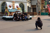 Photo session. Look at that foreigner!