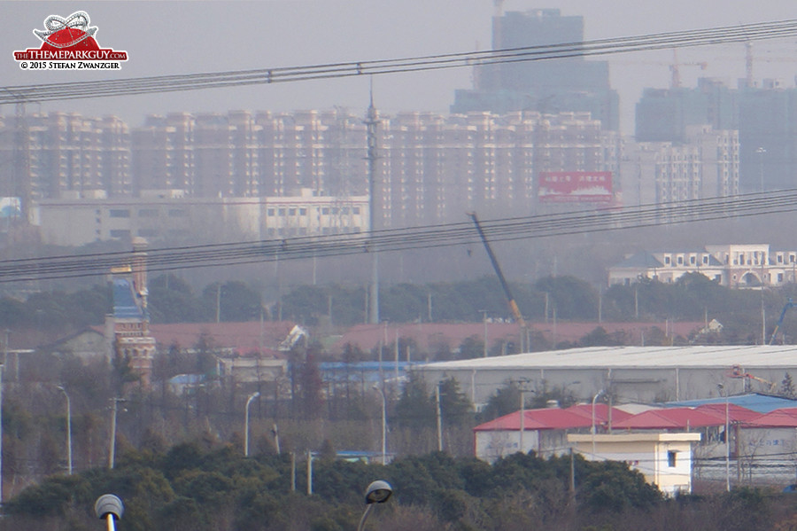 On site castle mock-up (bottom left) against the backdrop of Shanghai suburbia