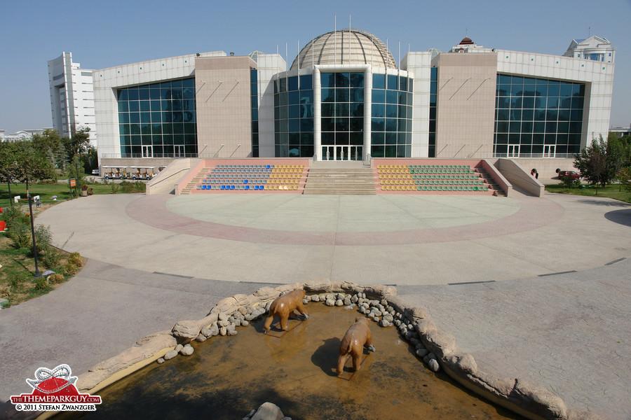 Show-free arena